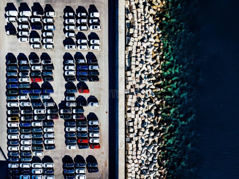 Flyg- sikt av använda bilar uppställda i porten arkivbild