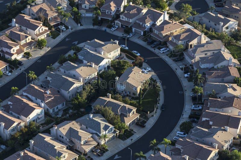Flyg- sikt av att bukta gatan med modernt hus i Los Angeles arkivfoto