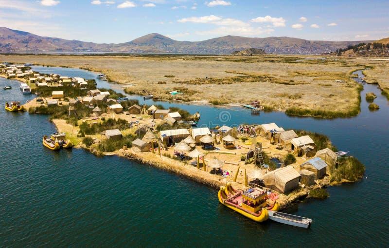 Flyg- sikt av att sväva öar på sjön Titicaca arkivbilder
