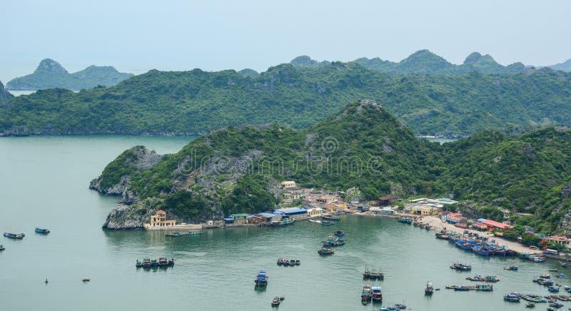 Flyg- sikt av att sväva byar runt om Cat Ba öar, Haiphong fotografering för bildbyråer