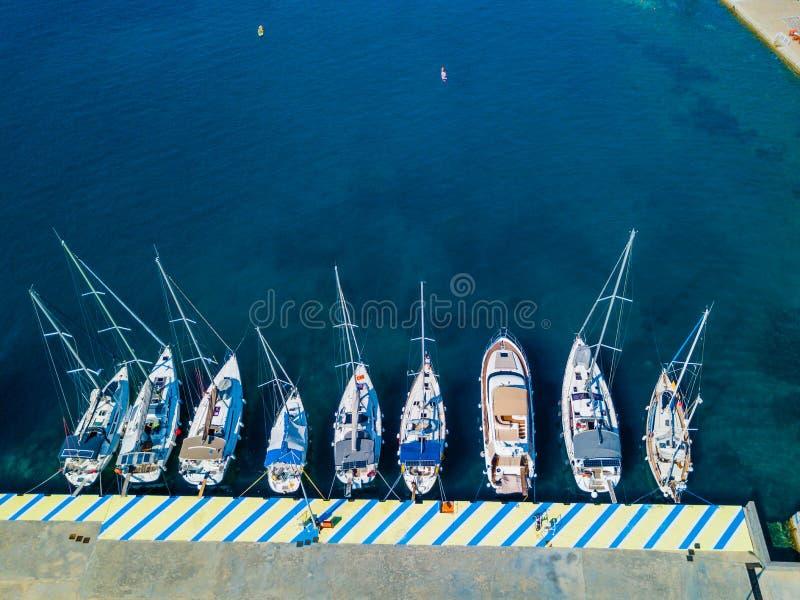 Flyg- sikt av att sväva fartyget på genomskinligt turkosvatten på den soliga dagen Sommarseascape från luft Bästa sikt från surre arkivfoton