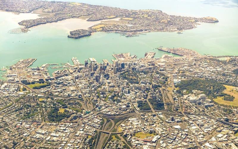 Flyg- sikt av Auckland horisont med moderna byggnader och grönområden - nyazeeländsk modern stad med spektakulär panorama royaltyfri fotografi