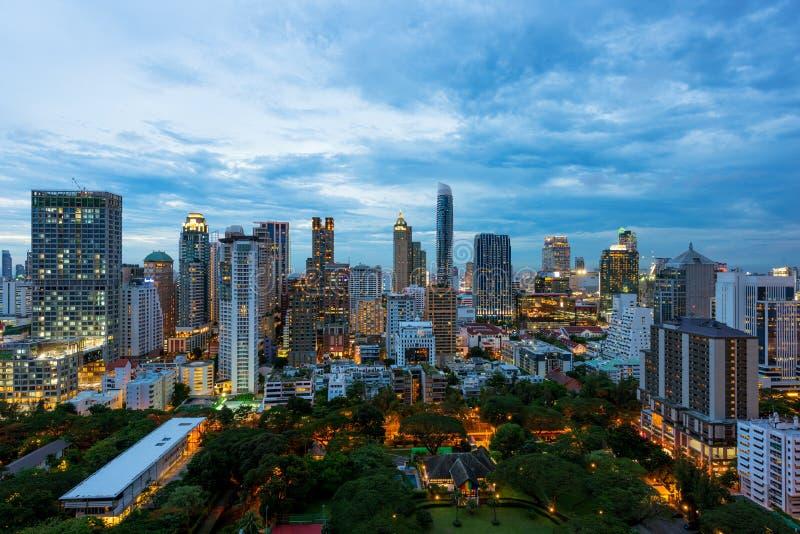 Flyg- sikt av Bangkok stadshorisont på solnedgången med skyskrapanolla royaltyfri fotografi