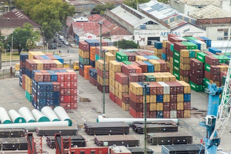 Flyg- sikt av behållare i en port i Montevideo arkivfoton