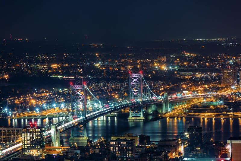 Flyg- sikt av Ben Franklin Bridge vid natt fotografering för bildbyråer