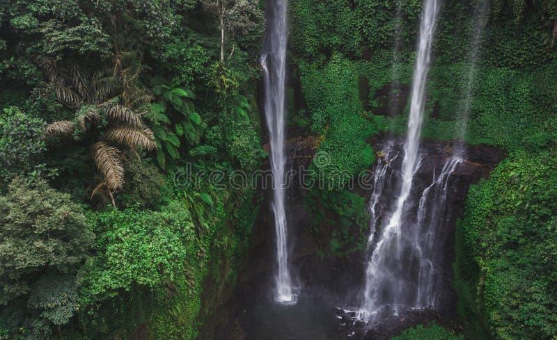 Flyg- sikt av berömda Sekumpul vattenfall i Bali arkivbilder