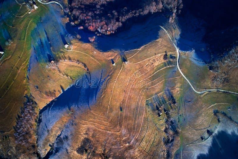 Flyg- sikt av berg i höst - Rumänien royaltyfri foto