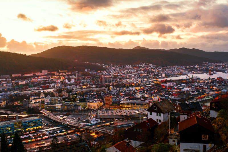 Flyg- sikt av Bergen, Norge på natten Färgrik molnig solnedgånghimmel arkivfoton