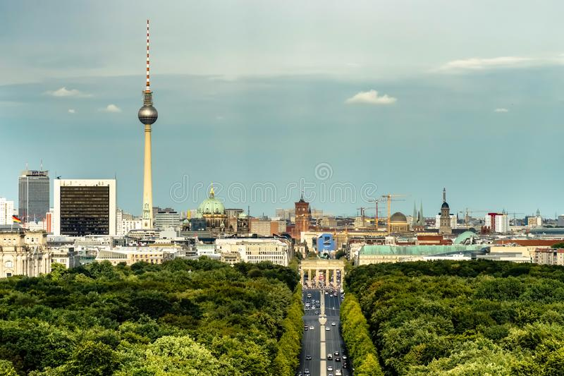 Flyg- sikt av Berlin horisont med det berömda TVtornet och den Branderburg porten royaltyfri foto