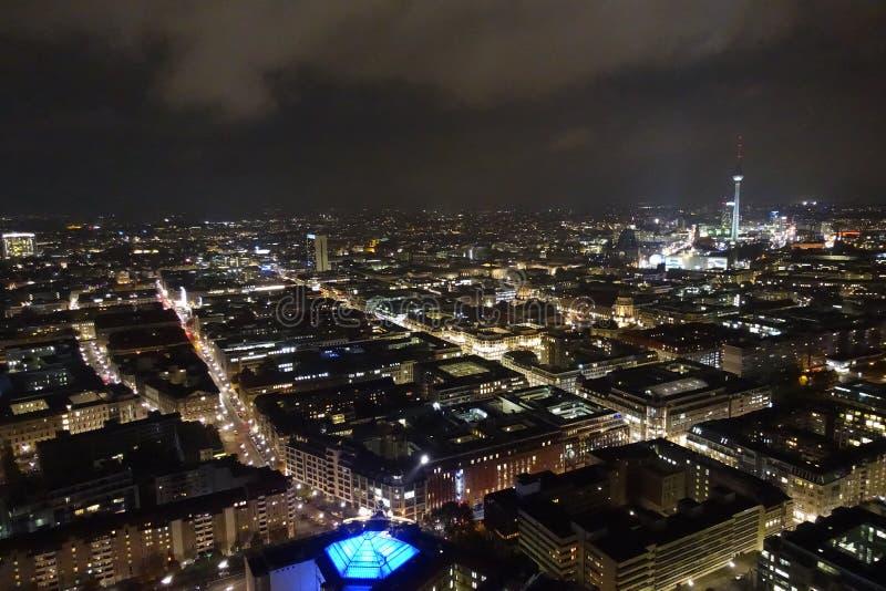 Flyg- sikt av Berlin horisont med TVtornet på natten arkivbilder