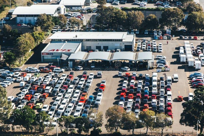 Flyg- sikt av bilparkering och bilar i rader royaltyfri bild