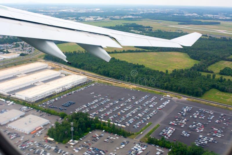 Flyg- sikt av bilparkering som tas från att flyga flygplanet royaltyfria bilder