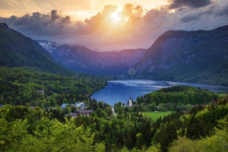 Flyg- sikt av Bohinj sjön i Julian Alps Hisnande sikt av den berömda Bohinj sjön från över Härlig sikt av Triglaven royaltyfri foto