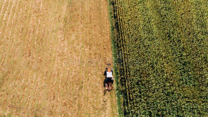 Flyg- sikt av bonden som använder modernt maskineri för att skörda arkivbild