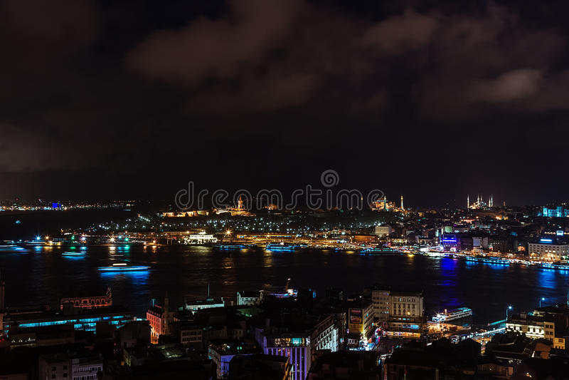Flyg- sikt av Bosphorusen från det Galata tornet på natten royaltyfri bild