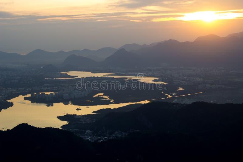Flyg- sikt av branscher för berg för Rio de Janeiro visninglagun royaltyfri bild