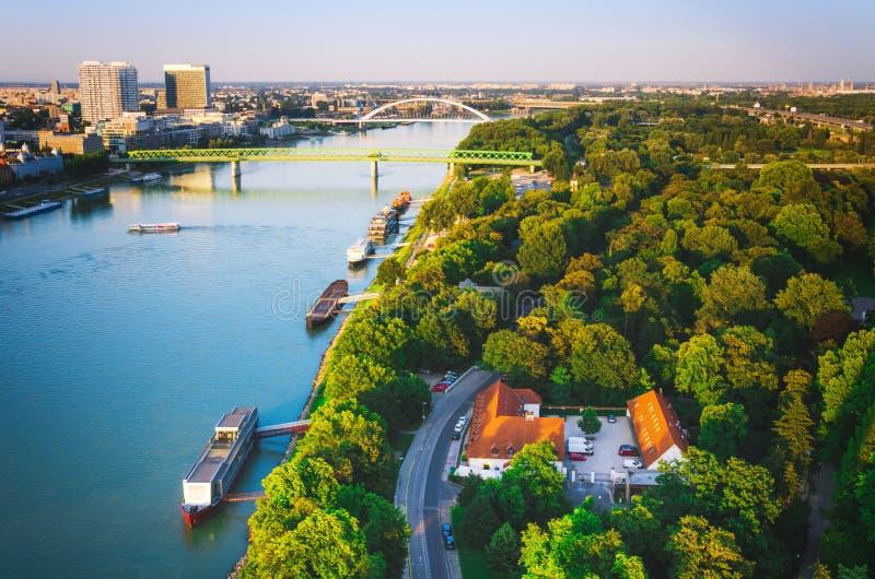 Flyg- sikt av broar i den Bratislava staden royaltyfri fotografi