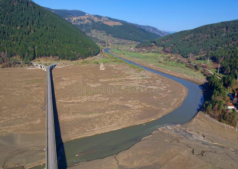 Flyg- sikt av bron och floden Bistrita royaltyfria bilder