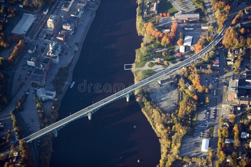 Flyg- sikt av bron till Augusta, Maine arkivfoton