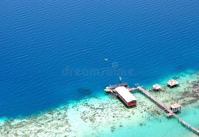 Flyg- sikt av bryggan in mot havet arkivfoto