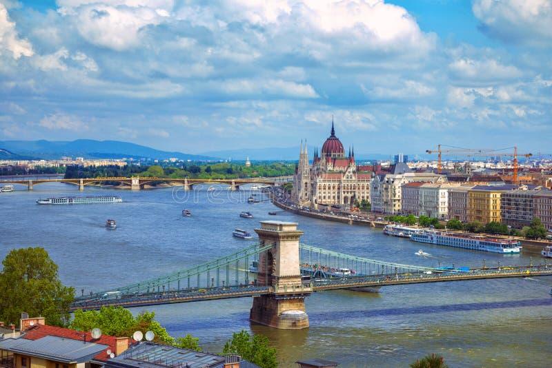 Flyg- sikt av Budapest med h?rlig parlamentbyggnad och Danube River fotografering för bildbyråer