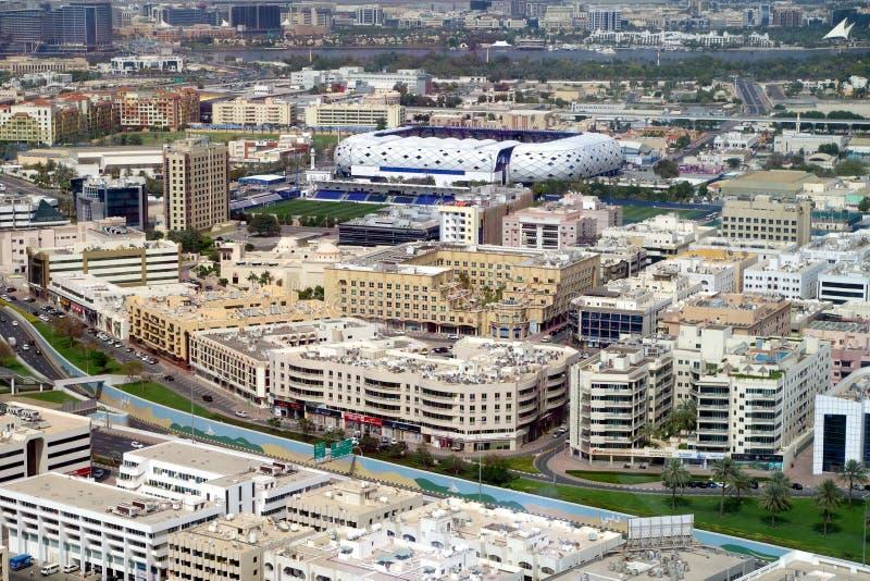 Flyg- sikt av Bur Dubai det ?ldsta omr?det av Dubai, med l?ga l?nef?rh?jningbyggnader och h?rlig en stadion som ?r v?rd sportkonk royaltyfri foto