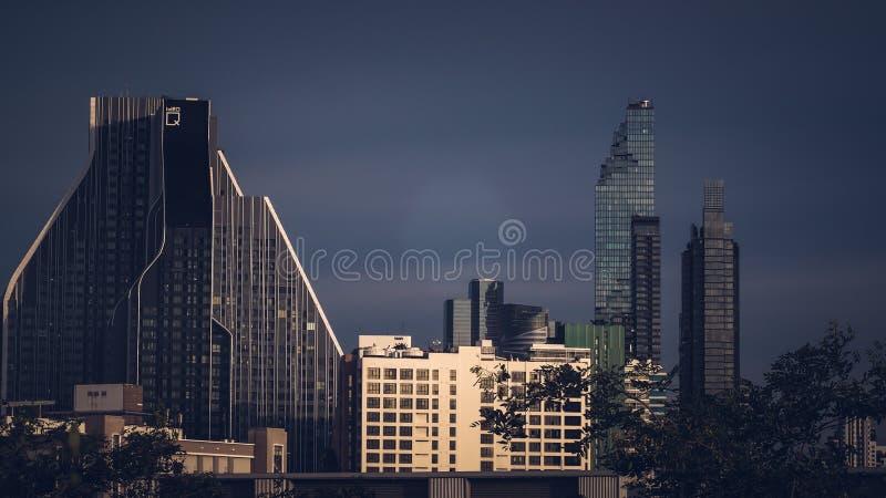 Flyg- sikt av byggnader för löneförhöjning Bangkok för modernt kontor höga, andelslägenhet i Bangkok royaltyfri fotografi