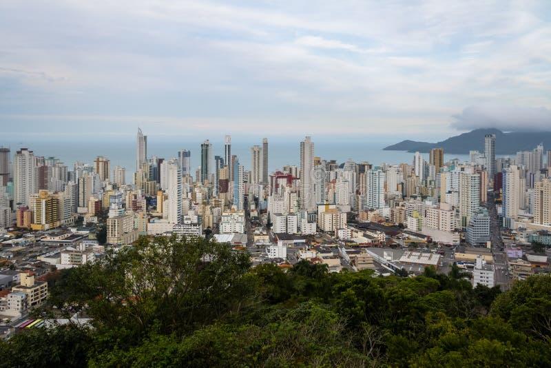 Flyg- sikt av byggnader i den Balneario Camboriu staden - Balneario Camboriu, Santa Catarina, Brasilien fotografering för bildbyråer