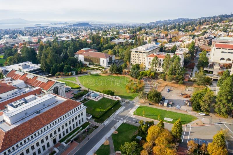 Flyg- sikt av byggnader i universitet av Kalifornien, Berkeley universitetsområde arkivfoto