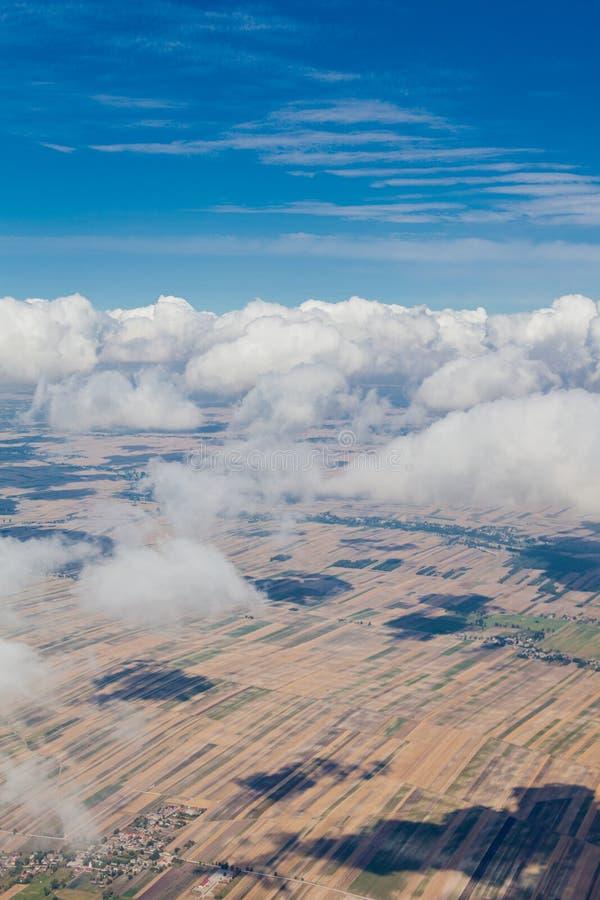 Flyg- sikt av bylandskapet nära den Pinczow staden över clo arkivfoton