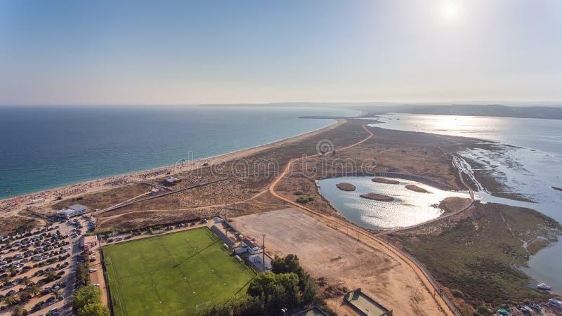 Flyg- sikt av byn av Alvor, i sommaren, i sydliga Portugal fotografering för bildbyråer