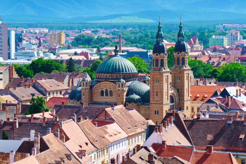 Flyg- sikt av bysantinskt Catedrala Sfanta Treime för domkyrka för helig Treenighet för stilbasilika buller Sibiu i ljust dagslju arkivbild