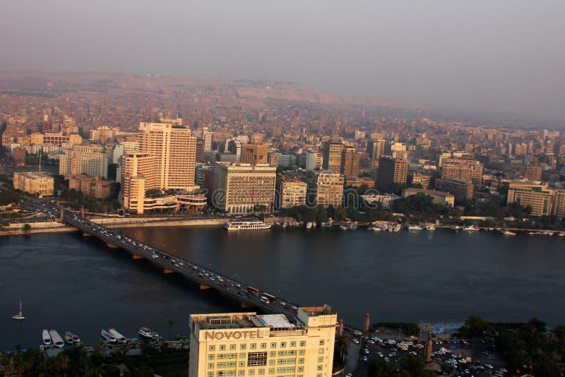 Flyg- sikt av cairo med nile under solnedgång i Egypten i africa royaltyfri bild