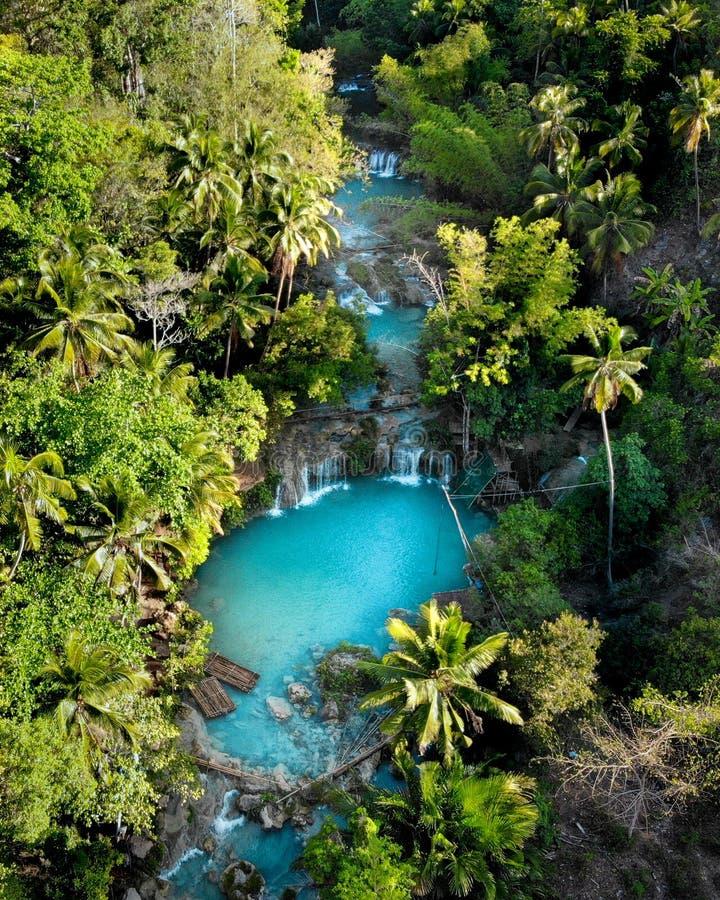 Flyg- sikt av Cambugahay vattenfall, Siquijor - Filippinerna arkivfoton