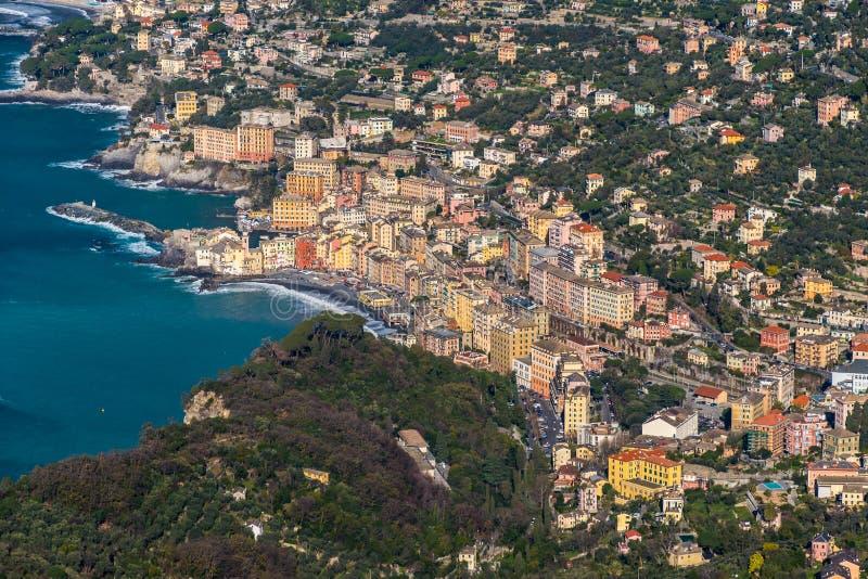 Flyg- sikt av Camogli, liten stad nära Genoa Liguria, Italien royaltyfri bild