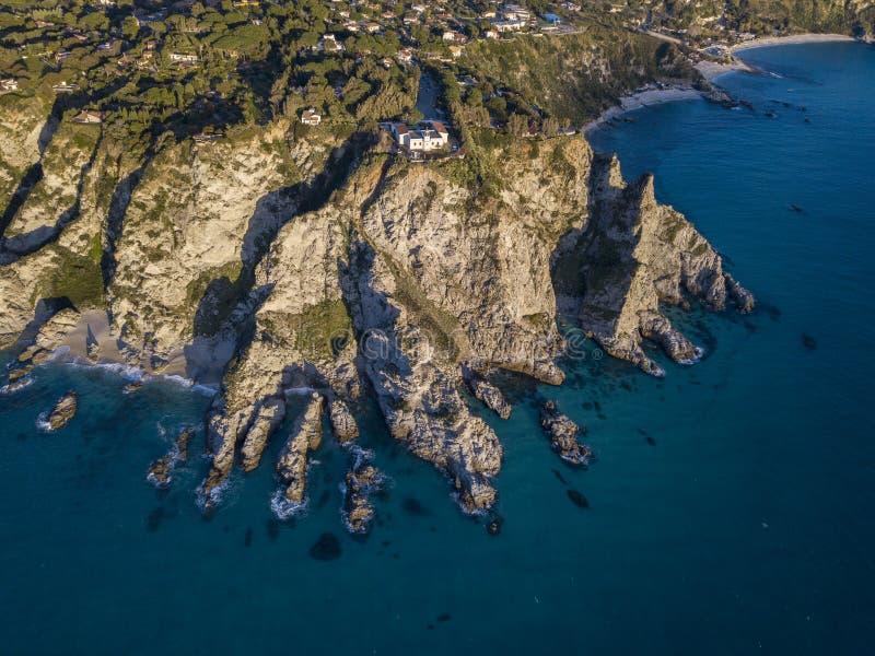 Flyg- sikt av capoen Vaticano, Calabria, Italien Ricadi Fyr Kust av gudarna Udde av den Calabrian kusten arkivfoton