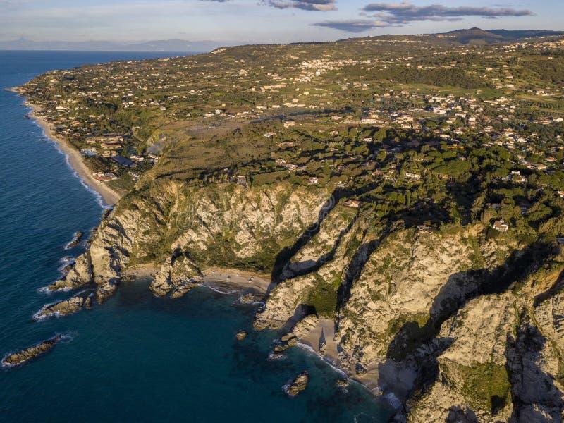 Flyg- sikt av capoen Vaticano, Calabria, Italien Ricadi Kust av gudarna stränder Udde av den Calabrian kusten arkivbilder