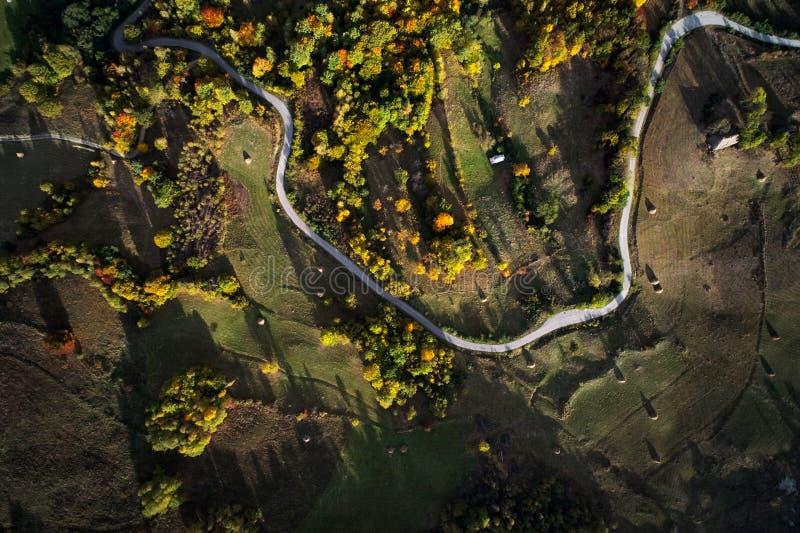 Flyg- sikt av Carpathians bergbygd arkivbild