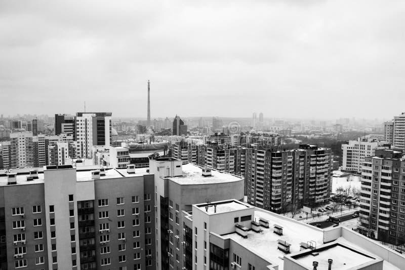 Flyg- sikt av centret i Yekaterinburg, Ryssland under den molniga dagen svart white arkivbilder