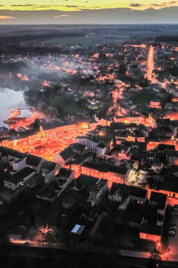 Flyg- sikt av centret vid sjön med smog på solnedgången royaltyfri foto