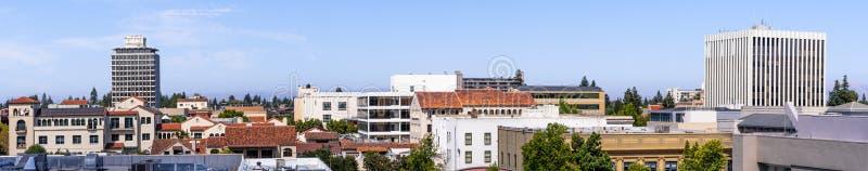 Flyg- sikt av cityen av Palo Alto, San Francisco Bay område, Kalifornien arkivfoto