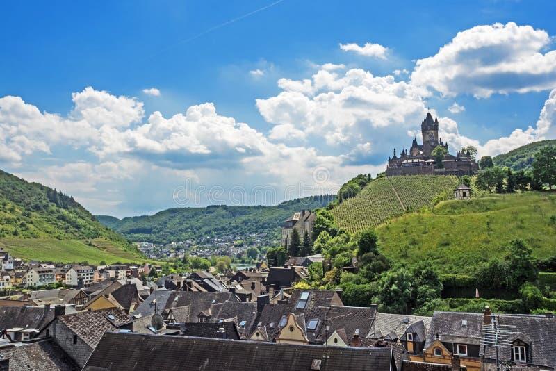 Flyg- sikt av Cochem på floden Moselle med den Reichsburg slotten, Rheinland-Pfalz, Tyskland royaltyfria foton