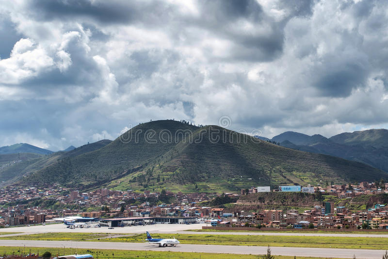 Flyg- sikt av Cusco ` s Alejandro Velasco Astete International Airport royaltyfri bild