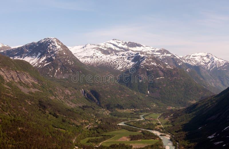 Flyg- sikt av dalen i den Jostedalsbreen nationalparken i Norge i en solig dag royaltyfria foton