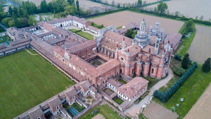 Flyg- sikt av de Certosa dina Pavia, kloster och relikskrin i landskapet av Pavia, Lombardia, Italien royaltyfria foton