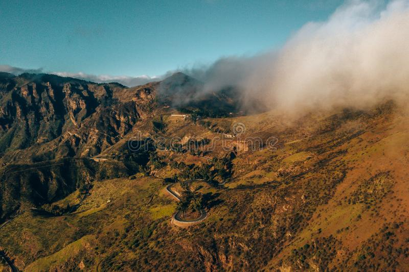 Flyg- sikt av de Gran Canaria bergen i mitt av ?n med Teide vulkansikt royaltyfria bilder