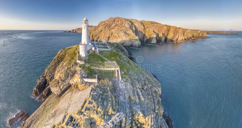 Flyg- sikt av de härliga klipporna nästan den historiska södra buntfyren på Anglesey - Wales royaltyfria foton