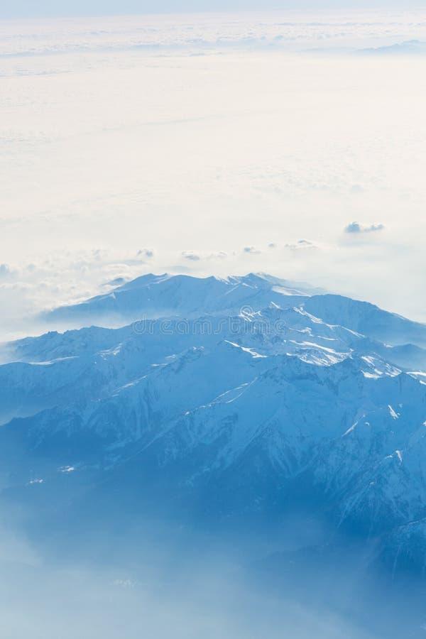 Flyg- sikt av de schweiziska fjällängarna alps som över flyger mazing sikt på arkivfoton