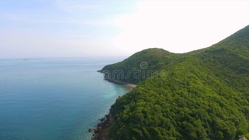 Flyg- sikt av de steniga öarna i det Andaman havet, Thailand ökrabipoda thailand Lång exponering av den Makua stranden royaltyfri fotografi