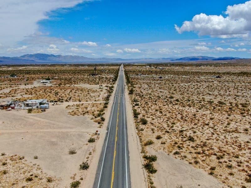 Flyg- sikt av den ändlösa raka vägen i öknen av Joshua Tree Park USA arkivbilder